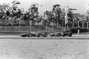 Jim Clark, Lotus 49 Ford, devant Dan Gurney, Eagle T1G Weslake