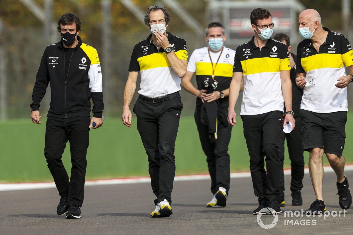 Fernando Alonso, Team Renault F1, cammina in pista con la sua squadra