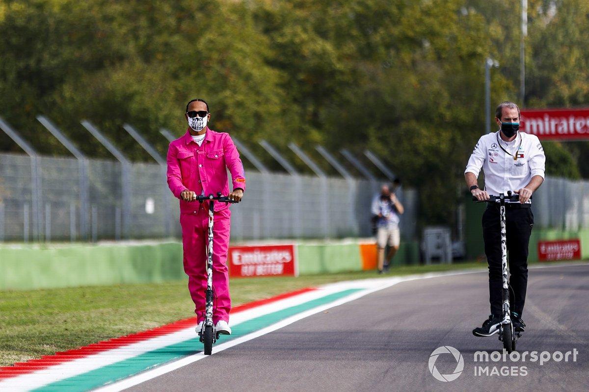 Lewis Hamilton, Mercedes-AMG F1 en un patinete