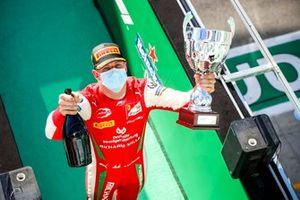 Il vincitore della gara Mick Schumacher, Prema Racing festeggia sul podio con il trofeo e lo champagne