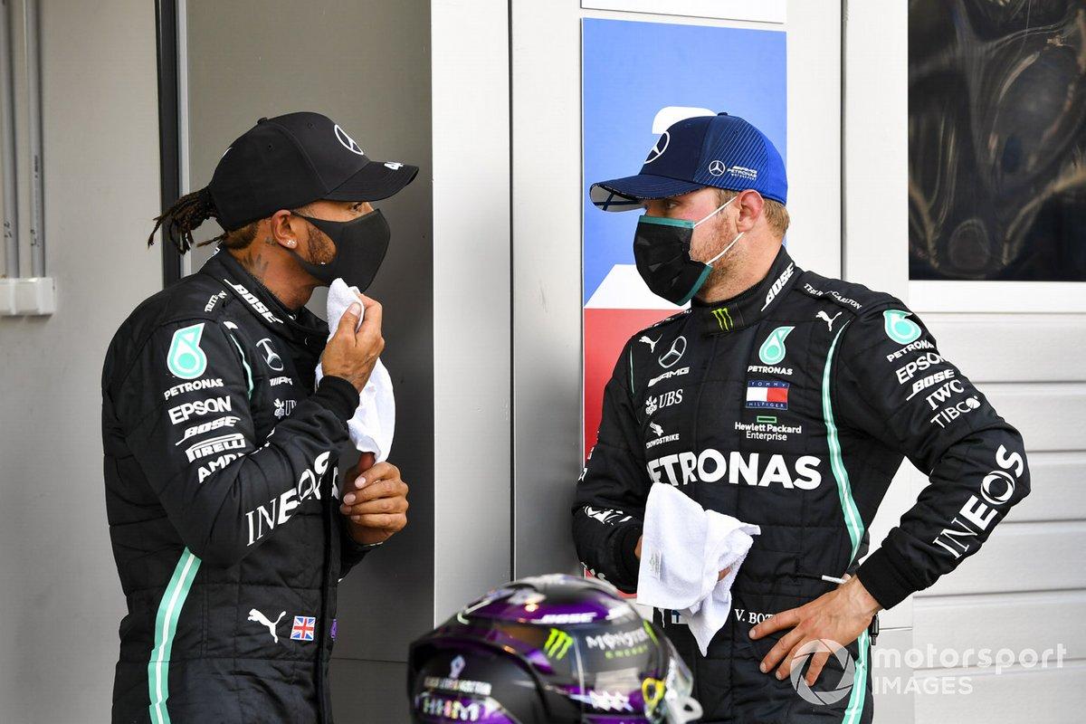 Ganador de la pole position Lewis Hamilton, Mercedes-AMG F1, y tercero Valtteri Bottas, Mercedes F1 W11, en Parc Ferme