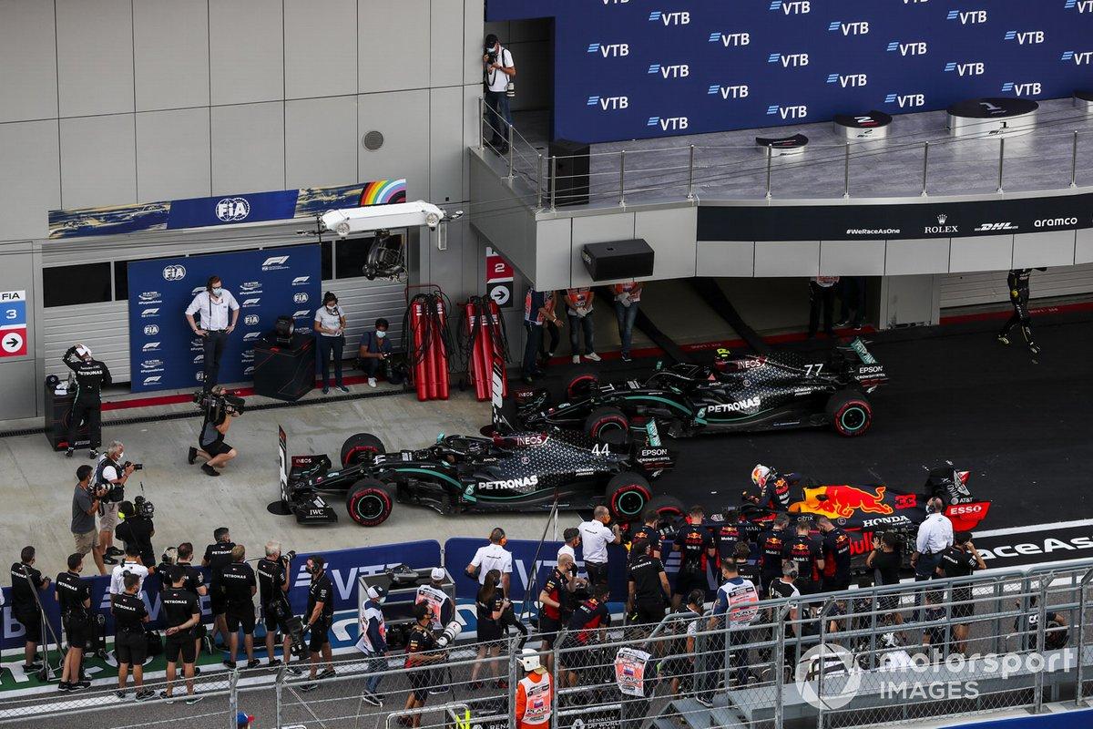 Ganador de la pole position Lewis Hamilton, Mercedes-AMG F1, segundo Max Verstappen, Red Bull Racing RB16, y tercero Valtteri Bottas, Mercedes F1 W11, en Parc Ferme