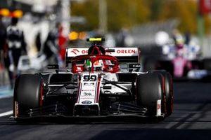 Antonio Giovinazzi, Alfa Romeo Racing C39, heads to the grid