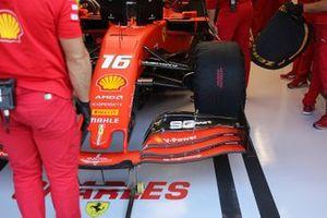 Detalle de la parte delantera del Ferrari SF90 de Charles Leclerc