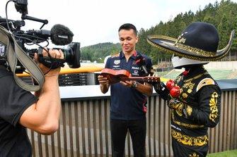Alexander Albon, Red Bull, con uno strumento musicale
