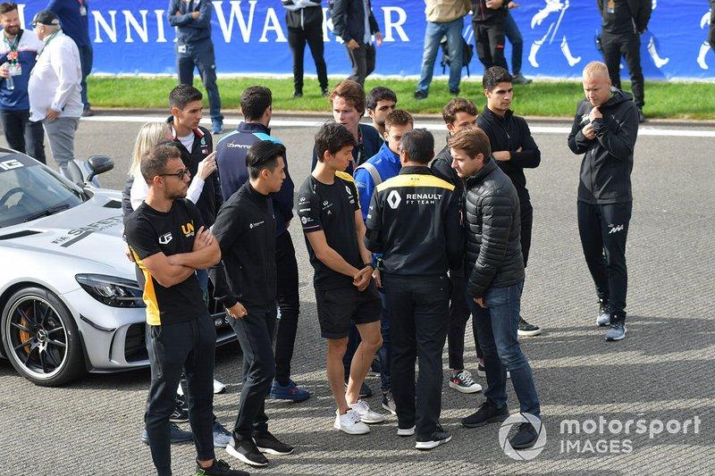 Mia Sharizman, director de la Renault Sport Academy, habla con Nyck De Vries, ART Grand Prix, con Louis Deletraz, Carlin, Jack Aitken, Campos Racing, Guanyu Zhou, UNI Virtuosi Racing y Luca Ghiotto, UNI Virtuosi Racing. Esteban Ocon, Mercedes AMG F1, habla con Alexa Quintin, Responsable de Medios y Comunicación de la FIA F2 y F3