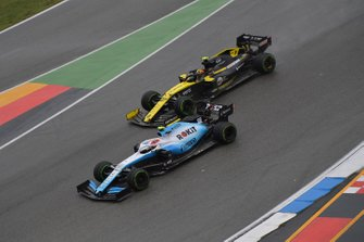 Robert Kubica, Williams FW42, battles with Nico Hulkenberg, Renault F1 Team R.S. 19