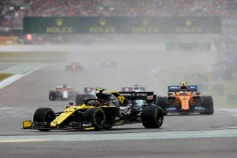 Nico Hulkenberg, Renault F1 Team R.S. 19, leads Lando Norris, McLaren MCL34
