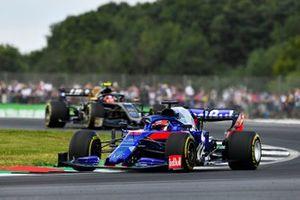 Daniil Kvyat, Toro Rosso STR14, leads Kevin Magnussen, Haas F1 Team VF-19