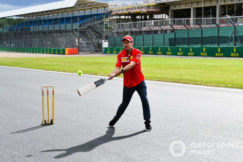 Sebastian Vettel, Ferrari plays cricket