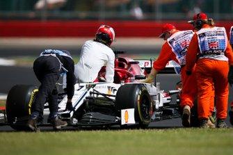 Kimi Raikkonen, Alfa Romeo Racing C38, siede sulla sua monoposto mentre i marshal lo spingono dopo lo stop in pista