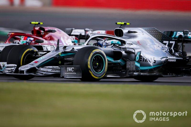 Valtteri Bottas, Mercedes AMG W10, supera Antonio Giovinazzi, Alfa Romeo Racing C38