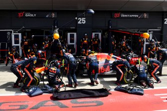 Pierre Gasly, Red Bull Racing RB15 pit stop