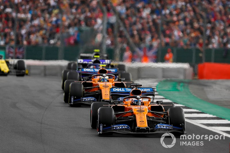 Carlos Sainz Jr., McLaren MCL34, precede Lando Norris, McLaren MCL34, e Alexander Albon, Toro Rosso STR14