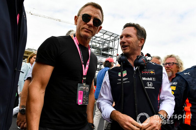 Christian Horner, director de Red Bull Racing y Daniel Craig, actor en la parrilla