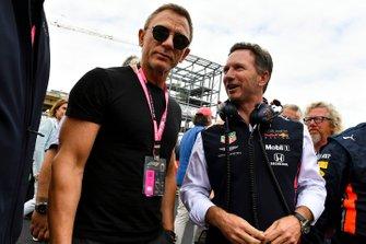 Christian Horner, team principal de Red Bull Racing, sur la grille avec l'acteur Daniel Craig