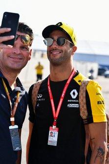 Daniel Ricciardo, Renault F1 Team takes a selfie with a fan
