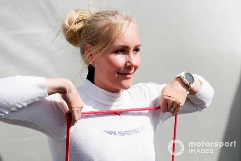 Участница W Series Эмма Кимилайнен на этапе в «Брэндс-Хэтче»