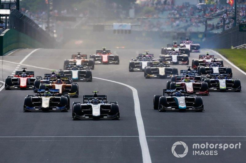 Nyck De Vries, ART Grand Prix precede Nicholas Latifi, Dams, Luca Ghiotto, UNI Virtuosi Racing e Mick Schumacher, Prema Racing all'inizio della gara