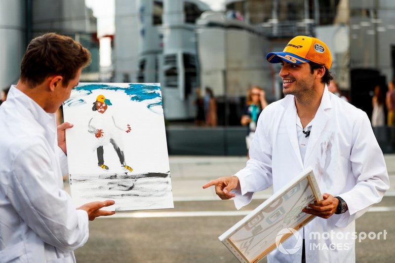 Lando Norris, McLaren e Carlos Sainz Jr., McLaren dipinge per uno speciale TV