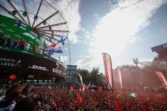 Valtteri Bottas, Mercedes AMG F1, il vincitore della gara Charles Leclerc, Ferrari e Lewis Hamilton, Mercedes AMG F1 festeggiano sul podio