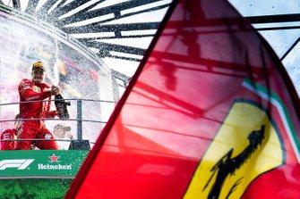 Il vincitore della gara Charles Leclerc, Ferrari festeggia sul podio con lo champagne