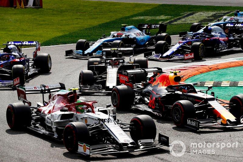 Antonio Giovinazzi, Alfa Romeo Racing C38, precede Alex Albon, Red Bull RB15, Kevin Magnussen, Haas F1 Team VF-19, Daniil Kvyat, Toro Rosso STR14, Robert Kubica, Williams FW42, Pierre Gasly, Toro Rosso STR14, e il resto delle auto all'inizio della gara
