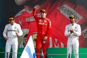 Le deuxième, Valtteri Bottas, Mercedes AMG W10, le vainqueur Charles Leclerc, Ferrari et le troisième, Lewis Hamilton, Mercedes AMG F1 sur le podium