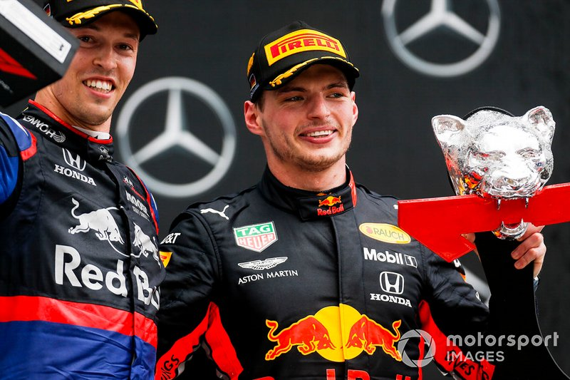 Daniil Kvyat, Toro Rosso, 3° classificato, e Max Verstappen, Red Bull Racing, 1° classificato, sul podio, con i trofei