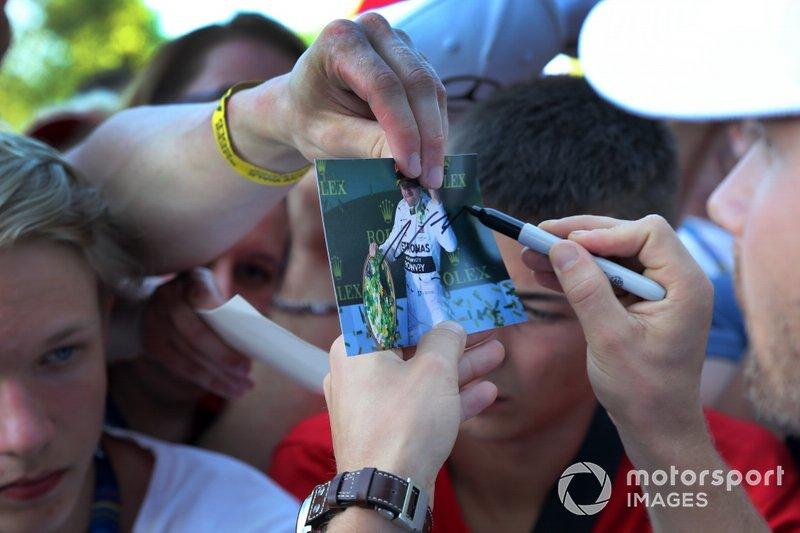 Valtteri Bottas, Mercedes AMG F1 firma un autógrafo para un aficionado