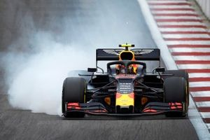 Alex Albon, Red Bull RB15, locks up under braking
