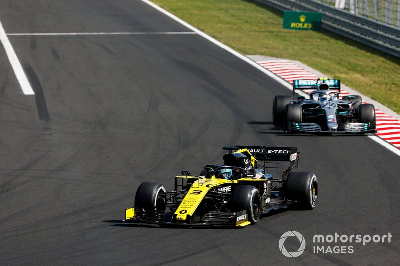 Daniel Ricciardo, Renault F1 Team R.S.19, precede Valtteri Bottas, Mercedes AMG W10