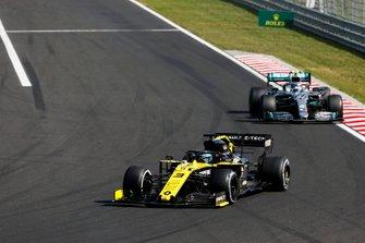 Daniel Ricciardo, Renault F1 Team R.S.19, leads Valtteri Bottas, Mercedes AMG W10