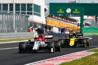 Kimi Raikkonen, Alfa Romeo Racing C38, devant Nico Hulkenberg, Renault F1 Team R.S. 19