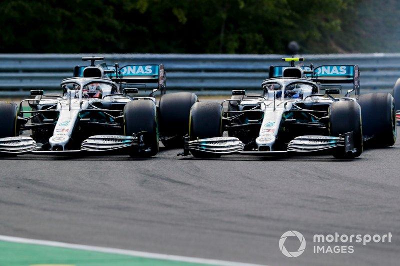 Lewis Hamilton, Mercedes AMG F1 W10, lotta con Valtteri Bottas, Mercedes AMG W10, all'inizio della gara