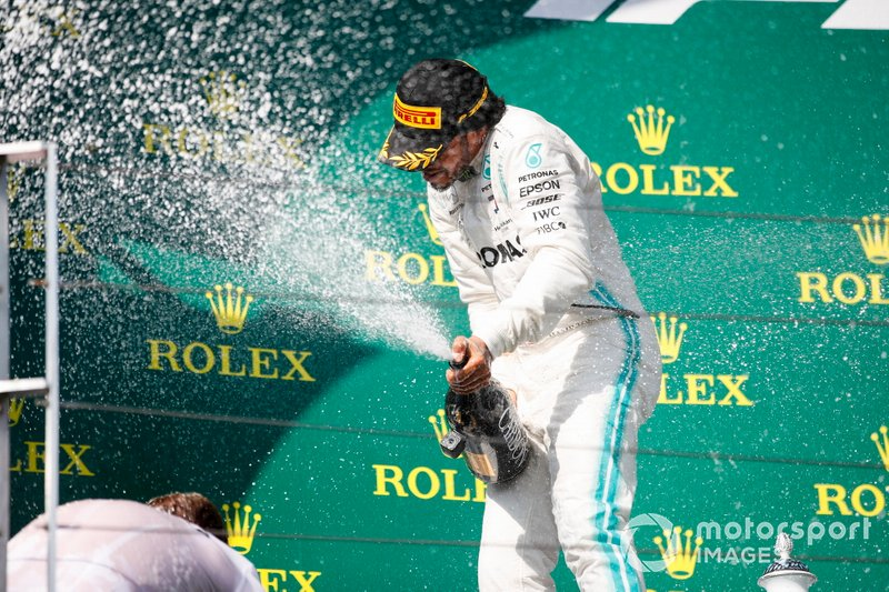 Il primo classificato Lewis Hamilton, Mercedes AMG F1, spruzza lo Champagne