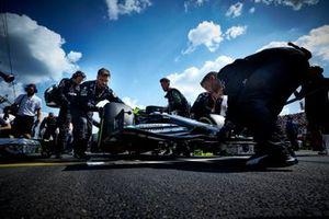 Lewis Hamilton, Mercedes AMG F1 W10, arriva sulla griglia della partenza