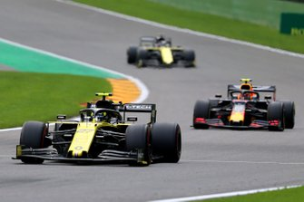 Nico Hulkenberg, Renault F1 Team R.S. 19, leads Alex Albon, Red Bull RB15, and Daniel Ricciardo, Renault F1 Team R.S.19