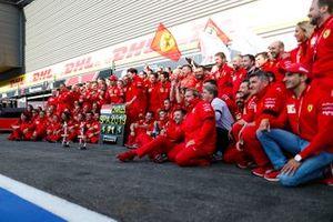 El ganador Charles Leclerc, Ferrari celebra con el equipo