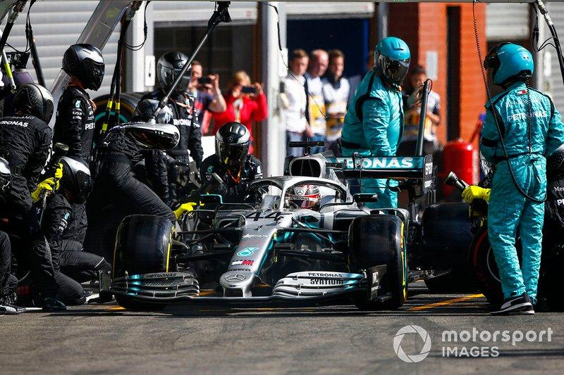Lewis Hamilton, Mercedes AMG F1 W10, ressort de son stand