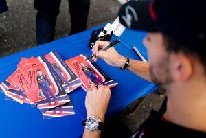 Pierre Gasly, Toro Rosso firma un autografo ad un fan