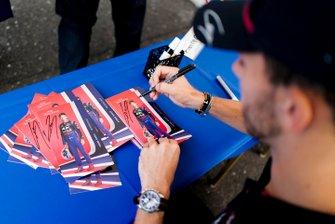 Pierre Gasly, Toro Rosso signe un autographe pour un fan