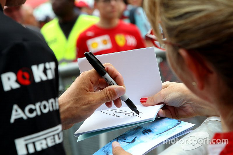 Robert Kubica, Williams firma un autografo ai fan