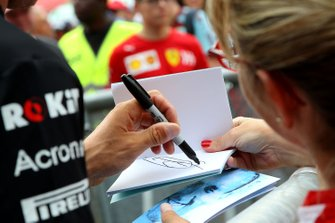 Robert Kubica, Williams signs autograph for the fans