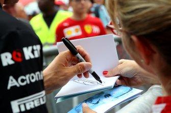 Robert Kubica, Williams firma un autografo ai fan