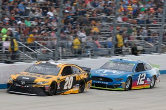 Erik Jones, Joe Gibbs Racing, Toyota Camry DeWalt Ryan Blaney, Team Penske, Ford Mustang PPG