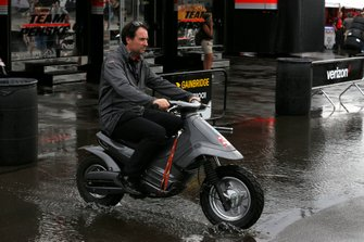 Bryan Herta s'élance sur son scooter sous la pluie