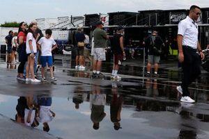 I fan sfidano la pioggia che cancellerà le qualifiche a Pocono