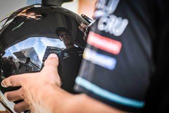 Fabio Quartararo, Petronas Yamaha SRT, firma un casco
