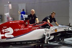Mercedes AMG F1 monteurs duwen een Alfa Romeo Racing C38
